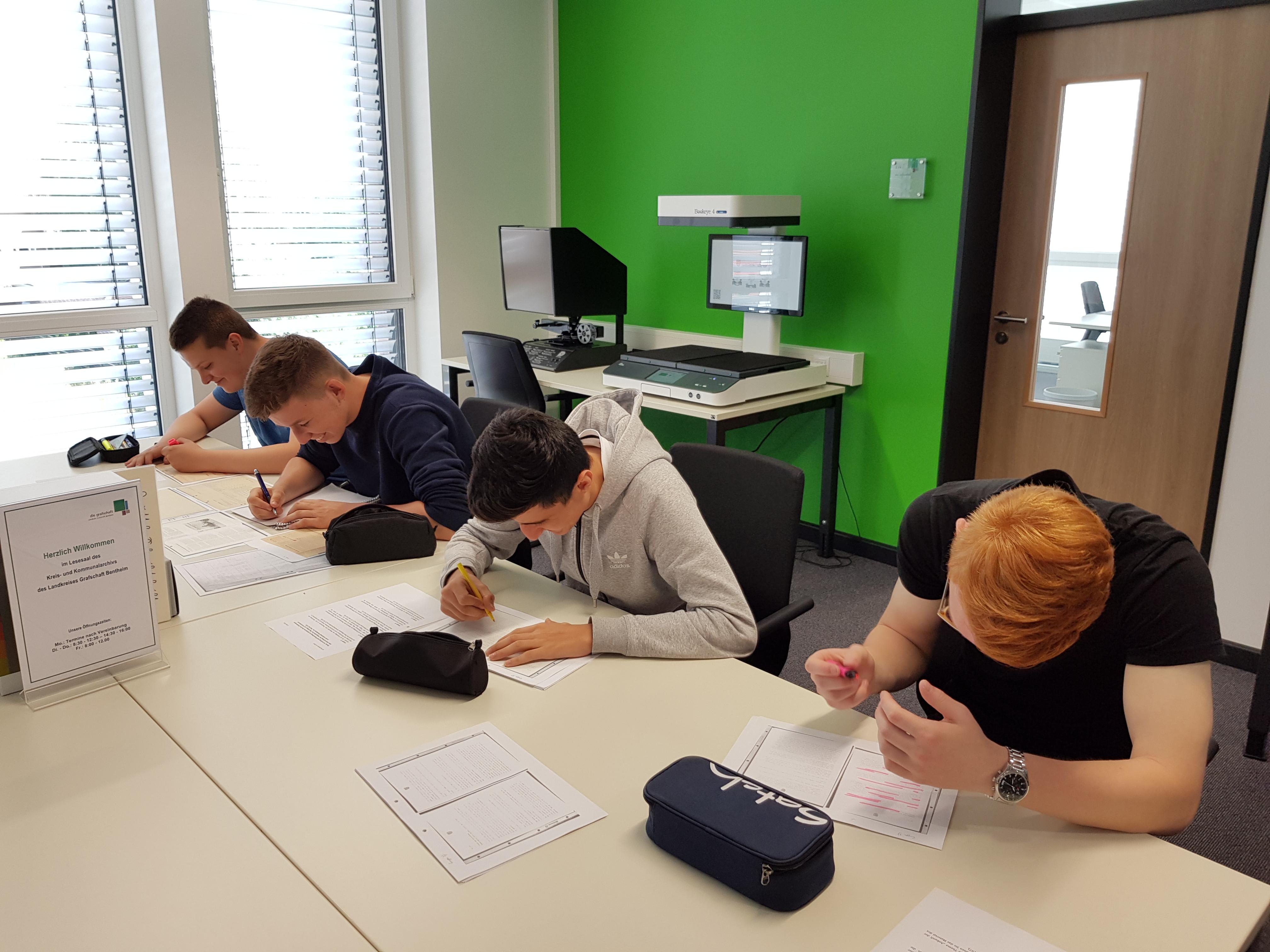 Schüler recherchieren zu Regional- und Familiengeschichte im Kreisarchiv